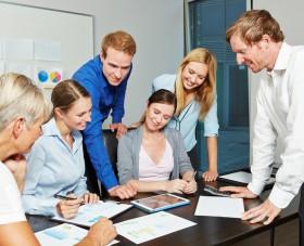 Junge Geschäftsleute arbeiten mit einem Tablet PC im Start-Up Unternehmen